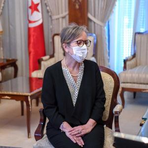 Kvinna i glasögon och munskydd är fotograferad rakt framifrån.