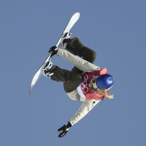 Anna Gasser gör en volt i luften