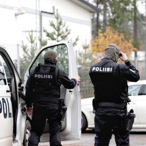 Poliiseja suorittamassa operaatiota Lahdessa.