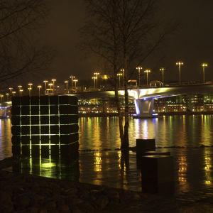 Kari Alosen kivestä tehty valokuutio Jyväskylässä erään sillan lähettyvillä.