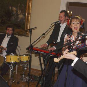 Fest på slottet 2003. Marzi perheineen uppträder.