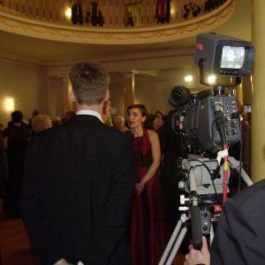 Yles kameraman filmar intervju med Anu Kantola på slottet 2000.