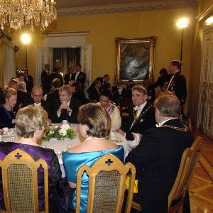 Runt bordet bl.a. Erkki Tuomioja, Mauno Koivisto och Martti Ahtisaari på slottet 2000.