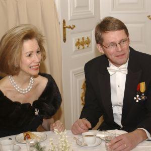USA:s ambassadör Bonnie McElveen-Hunter och statsminister Matti Vanhanen på slottsbalen 2003.