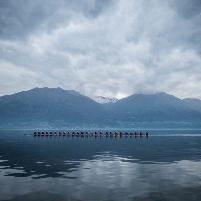 Maailman pisin soutuvene Locarnojärvellä Sveitsissä 16. huhtikuuta. Vene on 42 metriä pitkä, ja siinä on paikat 24 soutajalle.