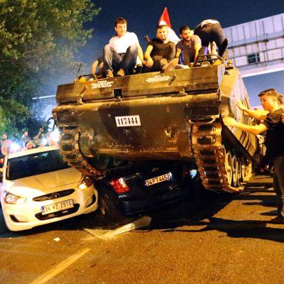Näkymä Istanbulin kaduille lauantain vastaisena yönä 16. heinäkuuta.