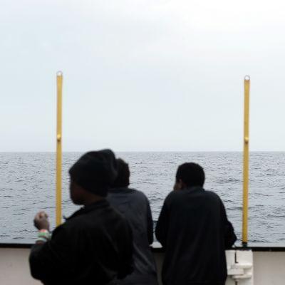 Välimereltä pelastettuja siirtolaisia.