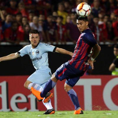 Cerro Portenon pelaaja Santiago Arzamendia (oik.)