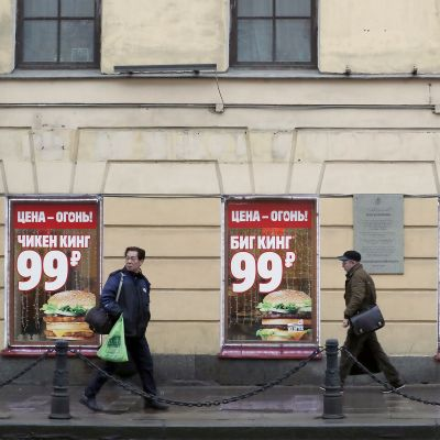 Pikaruokapaikan mainoksia Pietarissa.