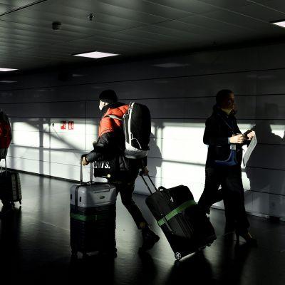 Suomeen saapuvia matkustajia Helsinki-Vantaan lentoasemalla.