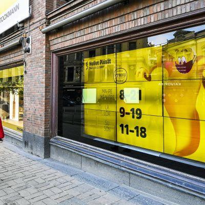 Hullut Päivät -mainoslakana Stockmannin ikkunassa.