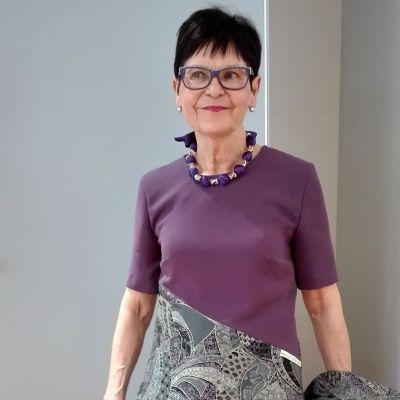 Marjatta Saarnio kierrätysmateriaalista valmistamassaan mekossa