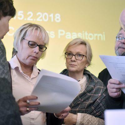 Julkisten ja hyvinvointialojen liitto JHL:n puheenjohtaja Päivi Niemi-Laine (kesk.),  edustajiston puheenjohtaja Sirkka-Liisa Kähärä (oik.) ja edustajiston varapuheenjohtaja Kari Paldanius  liiton ylimääräisessä edustajiston kokouksessa Helsingissä 15. helmikuuta