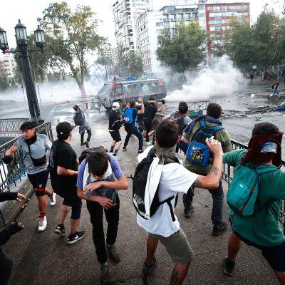 Mielenosoittajia Santiagon kadulla.