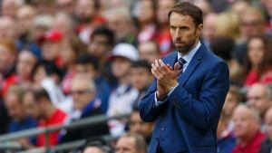 Gareth Southgate applåderar laget