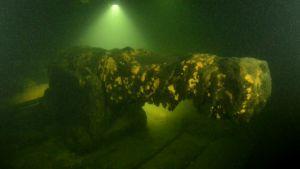 en kanon från 1700-talet på ett skeppsvrak på havets botten