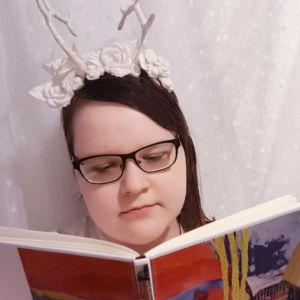 Kirjabloggaaja Niina T. lukee Lassi Hyvärisen runoteosta Tuuli ja kissa