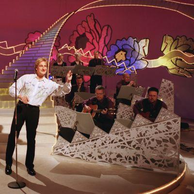 Riki Sorsa esiintymässä Tuttu Juttu Showssa vuonna 2000.