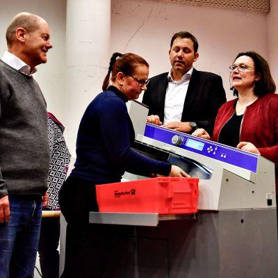 SPD:n väliaikainen puheenjohtaja Olaf Scholz (vas.) ja puolueen puheenjohtajaksi pyrkivä Andrea Nahles (oik.) seurasivat jäsenäänten vastaanottoa puolueen päämajassa Berliinissä 3. maaliskuuta 2018.