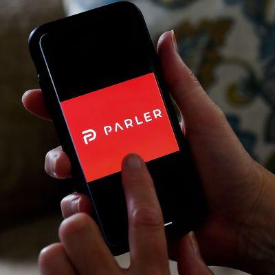 Parlerin logo puhelimen näytöllä.