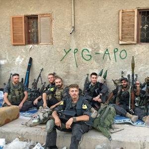 """De finska soldaterna """"Kullervo"""" och """"Ariel"""" på gruppbild i Raqqa."""