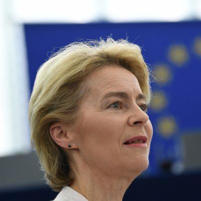 Ursula von der Leyen. Taustalla EU:n tähtilippu.