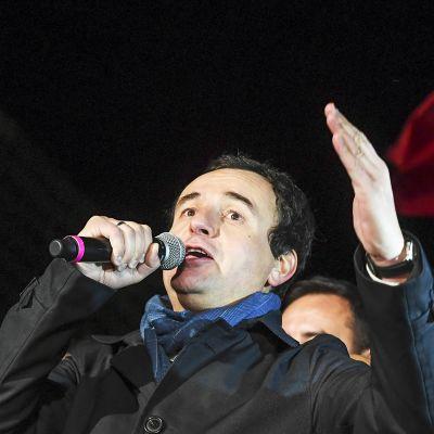 Itsemääräämisliikkeen puheenjohtaja Albin Kurti puhuu kannattajilleen vaalivoiton jälkeen Pristinassa.