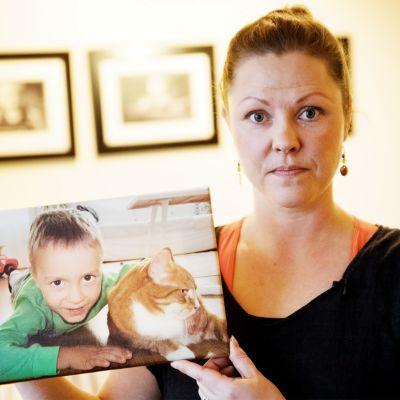 Anu Laurila lapsensa kuvan kanssa