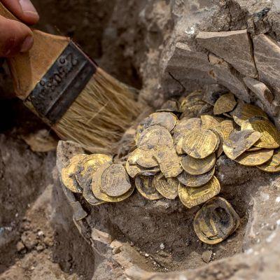 Muinaisesta saviruukusta löydetyt kolikot ovat peräisin abbasidein kalifaatin ajalta 800-luvulta.