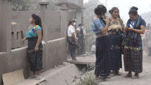 Bybor i El Rodeo väntade på de senaste uppgifterna om utbrottet på tisdagen.