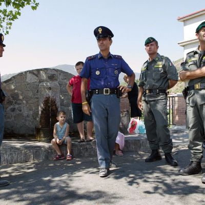 Italialaiset poliisit tutkivat rikospaikkaa Calabrin Santa Lucassa.