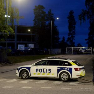 Poliisi ja poliisiauto Espoon Mäkkylässä kuvattuna maanantai-iltana hieman ennen puolta yötä.