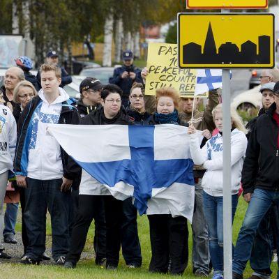 Kansanmielinen ja pakolaista vastustava mielenosoitus Rajat kiinni! Tornion matkakeskuksen edustalla lauantaina 19. syyskuuta.