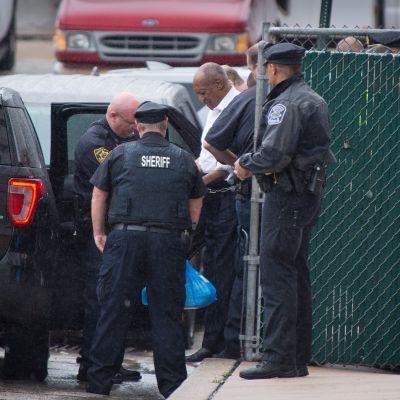 Amerikkalainen televisiotähti Bill Cosby, 81, vietiin oikeussalista käsiraudoissa.