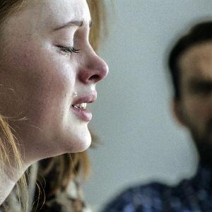 Elfa förhörs av polisen i dramaserien Case.