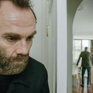 Karaktären Logi gömmer sig bakom en dörr i dramaserien Case.