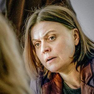 Gabriela förhör en ung flicka i dramaserien Case.