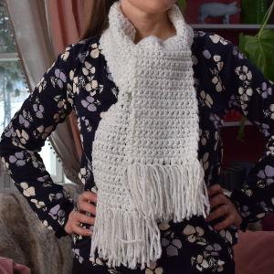 Kvinna med en virkad halsduk