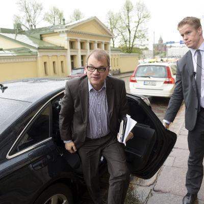 Juha Sipilä anländer till ännu en dag av regeringsförhandlingar i Smolna den 24 maj 2015.