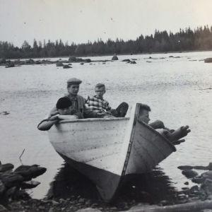 Pekka Pirin ja hänen teini-ikäiset kaverinsa paatissa Merikarvialla.