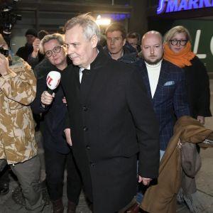 SDP:n puheenjohtaja Antti Rinne poistui maanatai-iltana demareiden puoluetoimistolta Helsingin Hakaniemessä.
