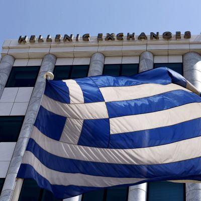 Kreikan lippu Ateenan pörssin edustalla 3. elokuuta.