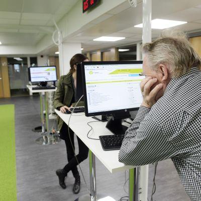 Työnhakijat etsivät työpaikkoja TE-toimiston tietokoneilla.