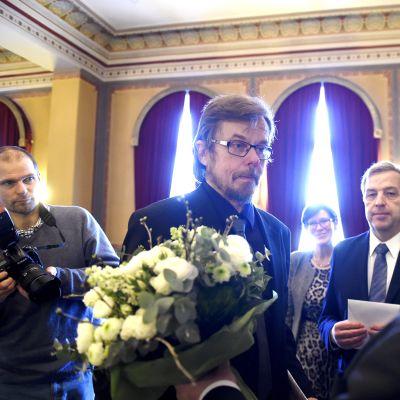 Tapio Koivukarille myönnettiin Runeberg-kirjallisuuspalkinto 2016 romanistaan Unissasaarnaaja Runebergin päivänä 5. helmikuuta.