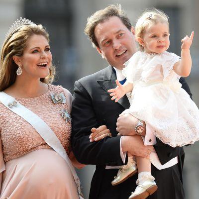 Prinsessa Madeleine, Christopher O`Neill ja prinsessa Leonore valokuvattuna prinssi Philipin ja Sofia Hellqvistin häissä lauantaina 13. kesäkuuta.