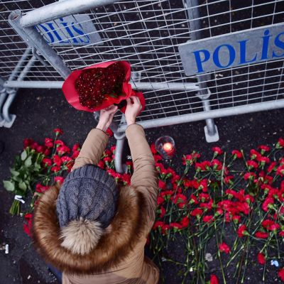 Kukkia Reina-yökerhon edustalla Istanbulissa.