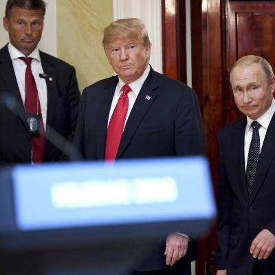 Donald Trump ja Vladimir Putin saapumassa tiedotustilaisuuteen presidentinlinnassa.