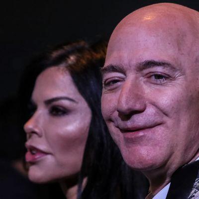Jeff Bezos tyttöystävänsä Lauren Sanchezin kanssa. Kuva tammikuulta 2020.