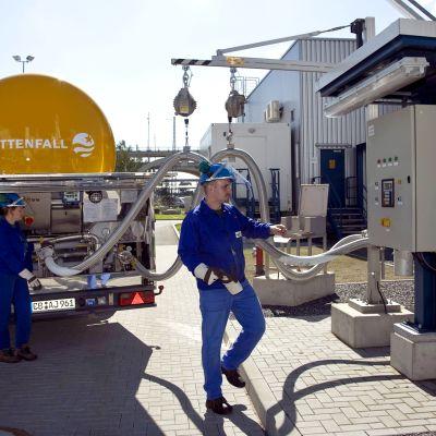 CO2-säiliöllä varustettua kuorma-autoa täytetään pilottilaitoksen hiilidioksidin talteenottoon ja varastointiin tarkoitetulla tekniikalla.