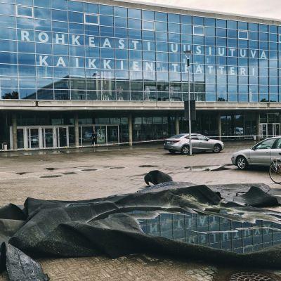 Repeytynyttä huopakattoa Oulun teatterin edustalla.